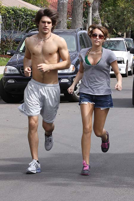 miley-cyrus-jogging-needs-a-sports-bra-3
